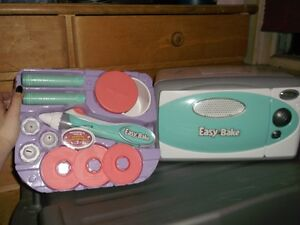 Easy Bake Oven with eletric icing pen (with all the accessories)