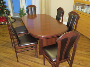 Dining Table with 6 Chairs in Cherryblack in very good condition