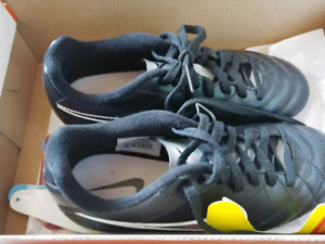 Nike size 2Y soccer shoes