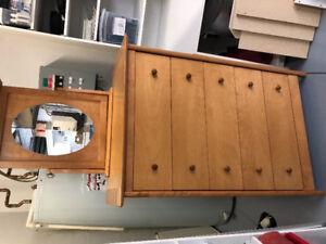À vendre bureau avec miroir en bois (érable) très propre