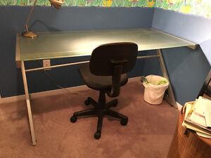 Bureau de travail et chaise