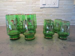 8 verres à thé de couleur verte bordés d'une fleur