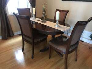 Classic Dining Room Table (Oval), Four Chairs & Center Extender