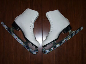 Woman's CCM Figure Skates Size 8 with Carrying Bag & Skate Guard