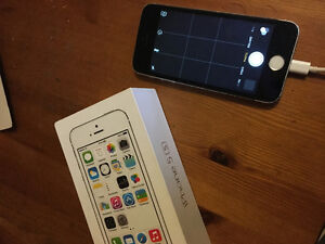 Selling white/black iPhone 5S 16gig / Comes in Box
