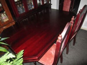 Dining set In Cherry colour. Great condition.