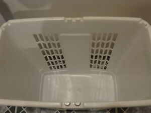 2 laundry hampers (including vintage and Rubbermaid) Cornwall Ontario image 8