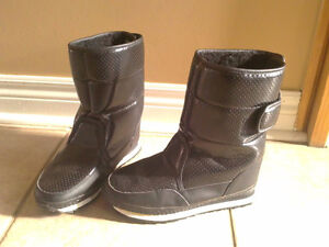Women's black faux fur lined winter boots Size 7 London Ontario image 3