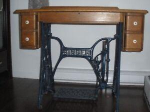 Ancien meuble de machine à coudre