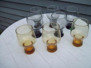 1-LOT DE 8 VERRES A ALCOOL ,ASSORTIS.