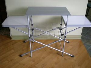 OZARK TRAIL CAMP GRILL STAND / TABLE - KIOSQUE POUR GRILLE Á CAM