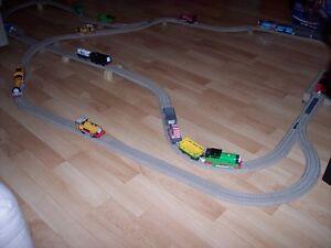 Superbe lot de rails en plastique avec trains Thomas le train!