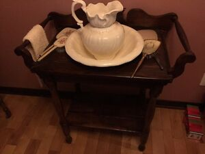 Meuble et pot antique