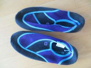 Ladies Size 7 Water Shoes/Socks