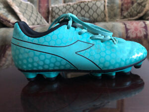 Girl's soccer cleats size 2 - In NEW condition