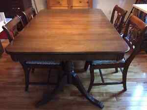 Cherry wood dining room table and chairs / Table et chaises