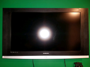 "Tv 40"" inch Samsung LCD wall mount included"