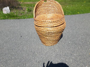 Wicker basket with seat lid