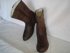 CLARKS LEATHER BOOTS.