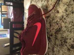 Burgundy Kyrie 3's.  Barely worn and in great condition! Size 6