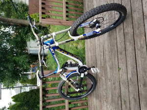 2014 Giant Glory 0 Down Hill Mountain Bike show room condition