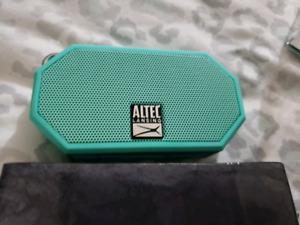 Shockproof and waterproof bluetooth speaker