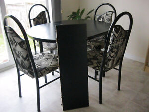 Dinning set with 4 chairs & extendable leaf, pristine condition