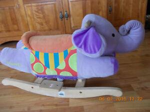 Éléphant berçant en tissu et bois