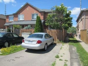 Bright and Spacious Townhome in Newmarket !