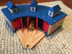 Thomas the Tank Engine Wooden Roundhouse/Trainshed + Gold Thomas