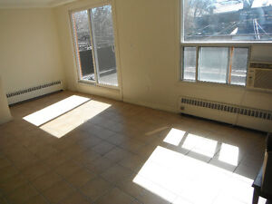 2 minutes to subway bright, spacious 2 level 3-bedroom w/Laundry
