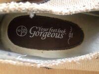 Size 6, like new. NEW LOOK brogue-like shoes