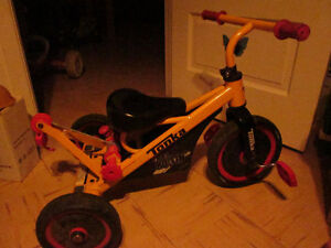 + jouets , marchette, canne, tricycle,