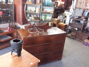 STUNNING ANTIQUE DRESSER WITH OVAL MIRROR ONLY $88.00
