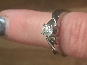Engagement Ring JUST LIKE NEW!