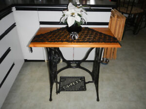 Accent sewing machine table