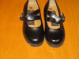 Girls kid size 7 dress shoes. In excellent condition
