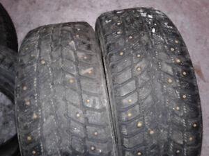 2 pneus d'hiver 16 pouce à clou et 2 pneu hiver 17 pouce lettré