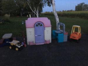 Maisonnette et divers jouets