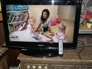 SAMSUNG  32 INCH  COLOUR  TV  WITH FREE TO  AIR .