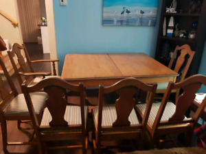 AMAZING PRICE! OAK HARDWOOD DINING ROOM TABLE AND SIX CHAIRS