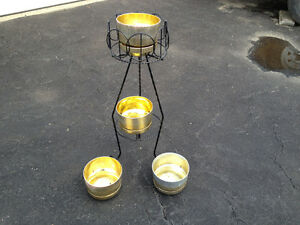 PLANT STAND & 4 PLANTERS