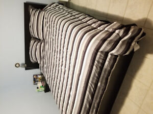 Queen size bed with 4 drawers and matress. Like new.