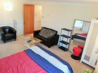 *EXPERIENCE THE LUXURY* HUGE ENSUITE ROOM! STUNNING VIEW,TUBE NEXT TO!