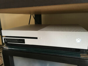 Xbox one S 500G with 1 game(4 months old)