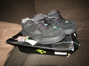 new in box with tags Mens size 11 Mustang workload steel toe