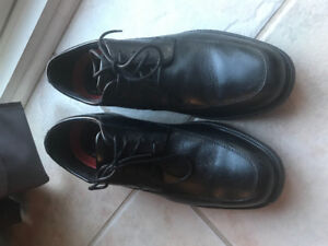 Men's leather dress shoes by Rockport - size 7
