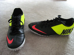 NIKE INDOOR SOCCER CLEATS: ADULT SIZE 8