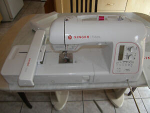 MACHINE A COUDRE  BRODEUSE  SINGER FUTURA XL-580