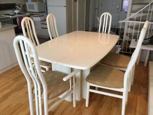 Table de cuisine + 6 chaises + petites tables